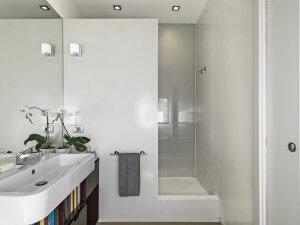Reflejar la luz en el baño.