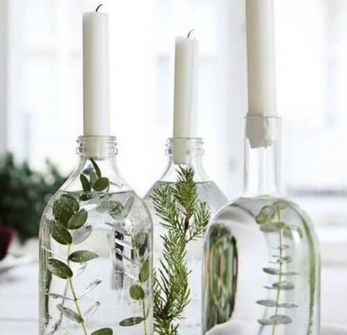 Botellas de cristal como centro de mesa.