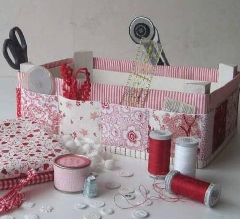 Caja de fresas como costurero.