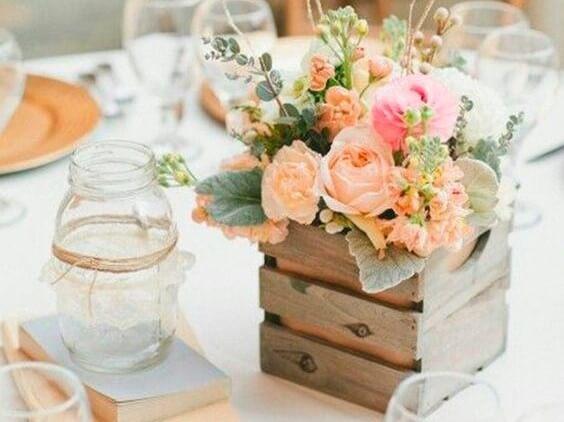 Caja de madera como centro de mesa.