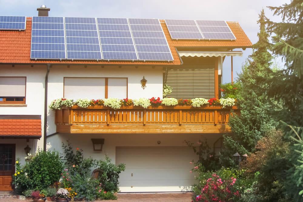 Casa con paneles solares.