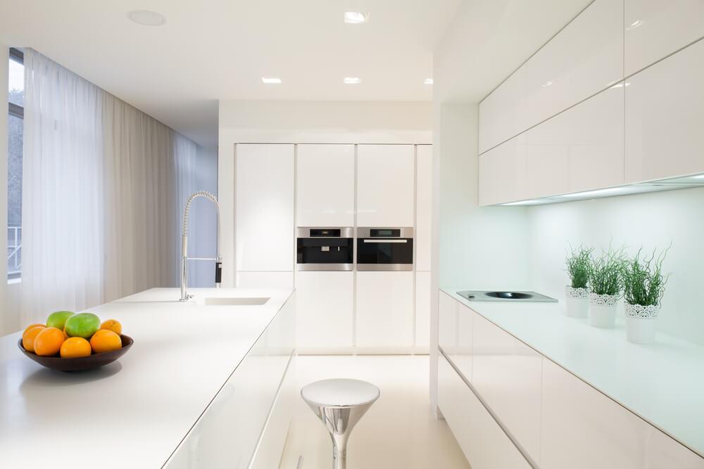 Cocina blanca iluminada.