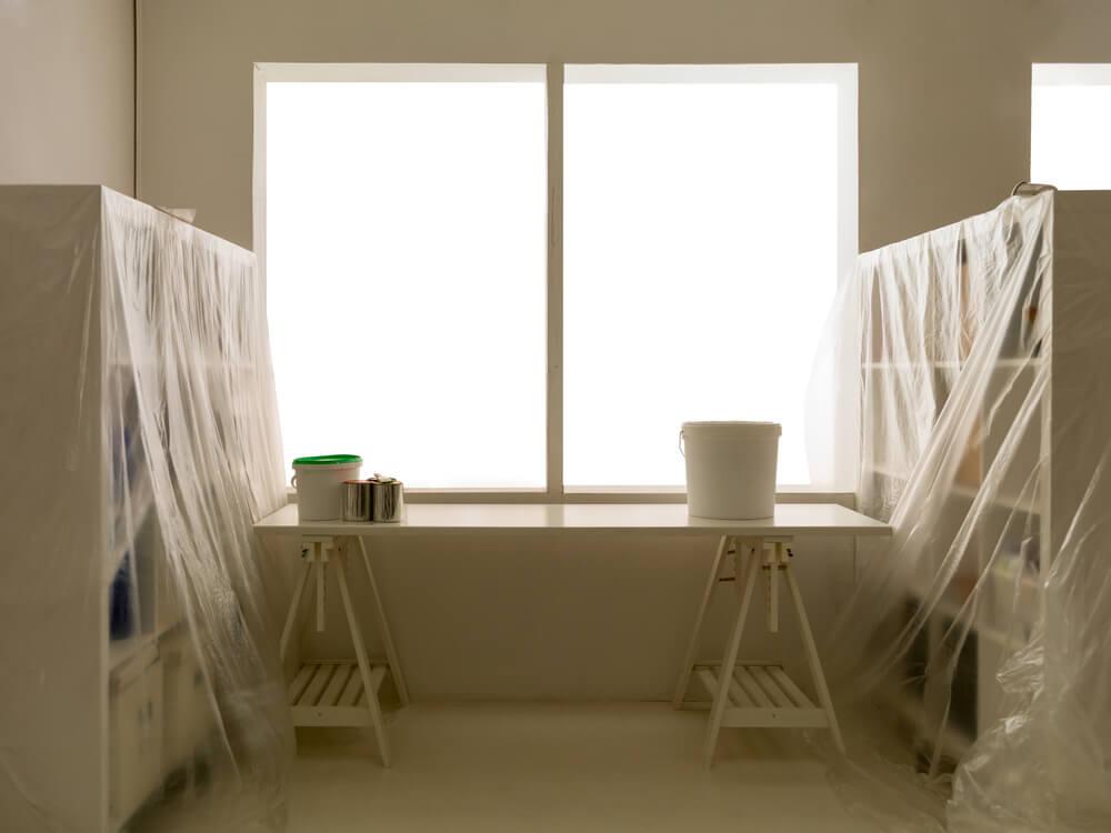 Cubrir los muebles antes de pintar.