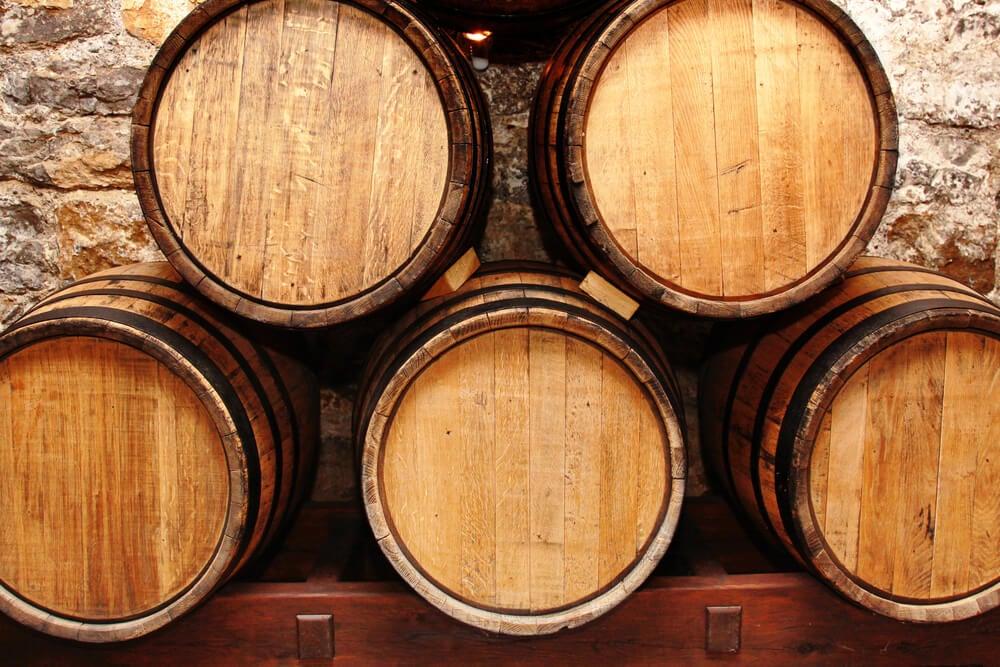 Decoración con barricas de vino.
