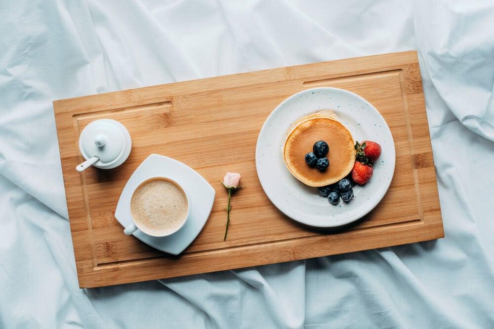 Desayuno en bandeja.