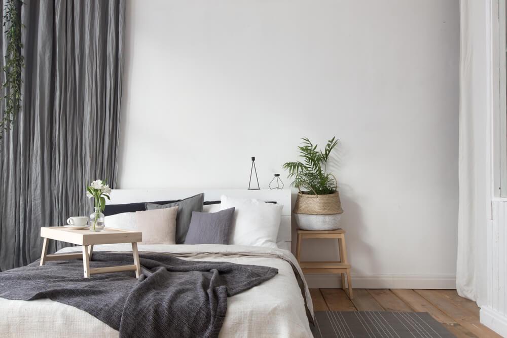 Dormitorio con textiles grises.
