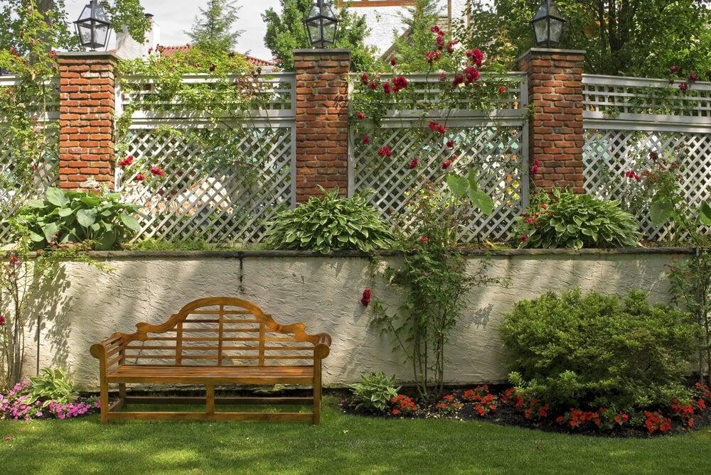 Enrejado en el jardín para cubrir la pared.