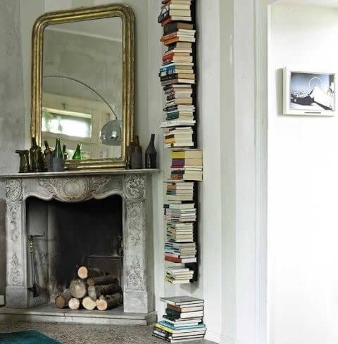 Estantería vertical con libros.