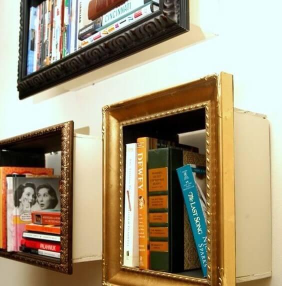Estanterías de libros con marcos.