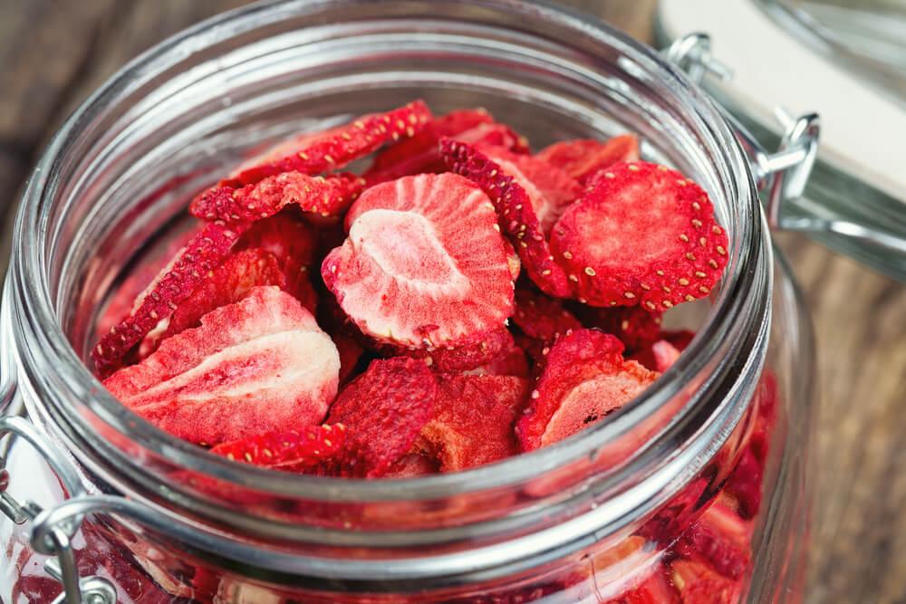 Fruta deshidratada en un tarro de cristal.