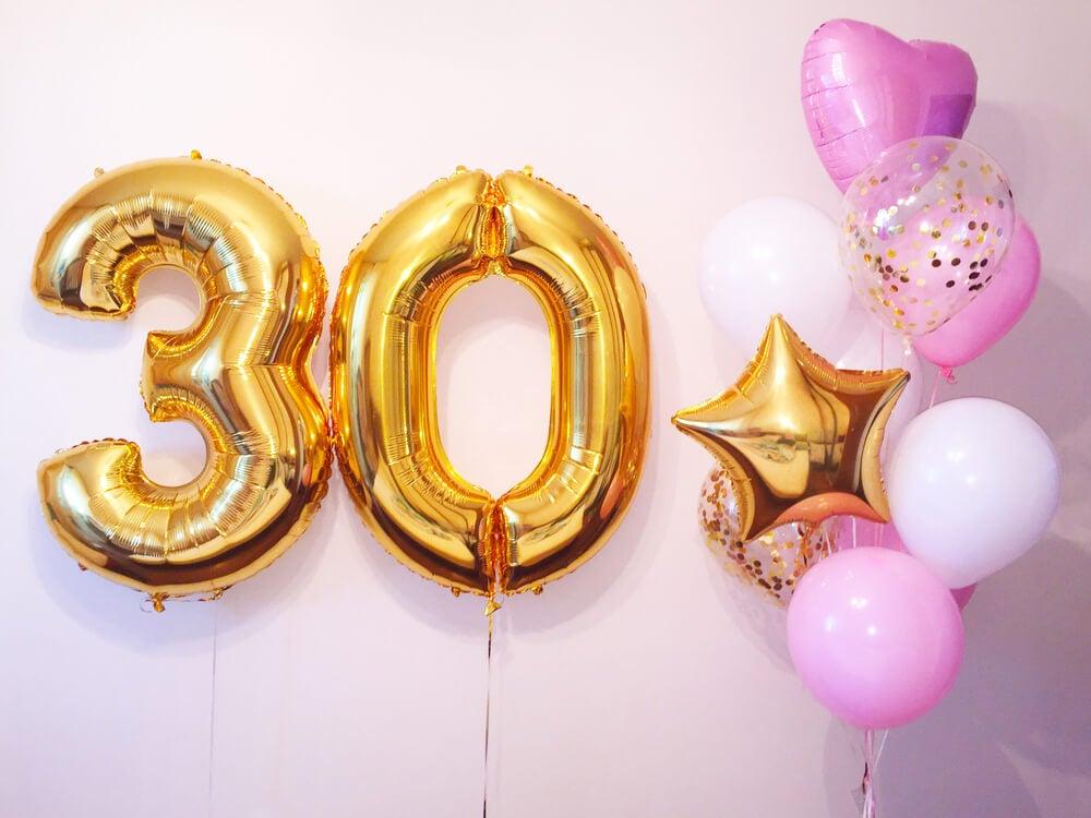 Globos con números de cumpleaños gigantes.