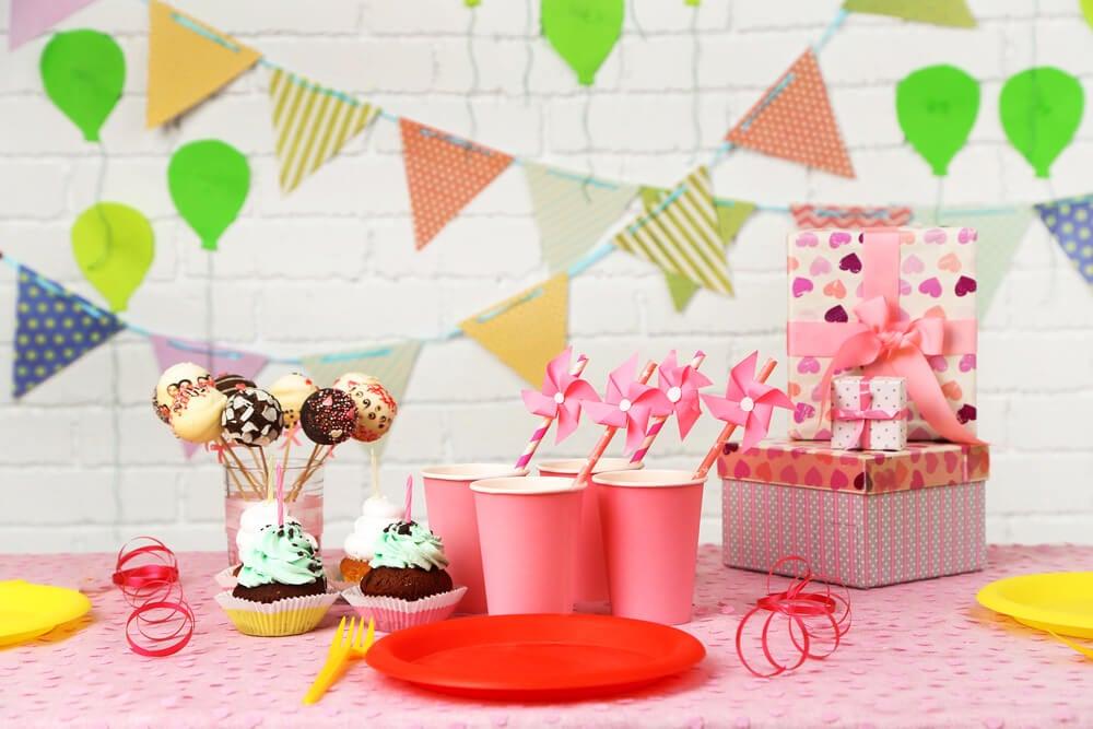 Guirnaldas de colores para decorar un cumpleaños.
