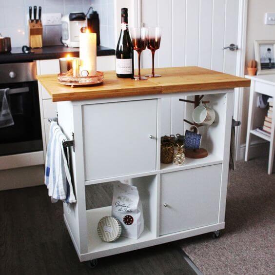 Isla de cocina con estantería KALLAX de IKEA.