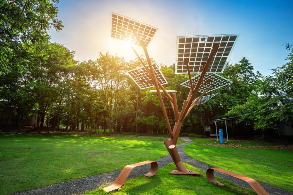Jardín con paneles solares.