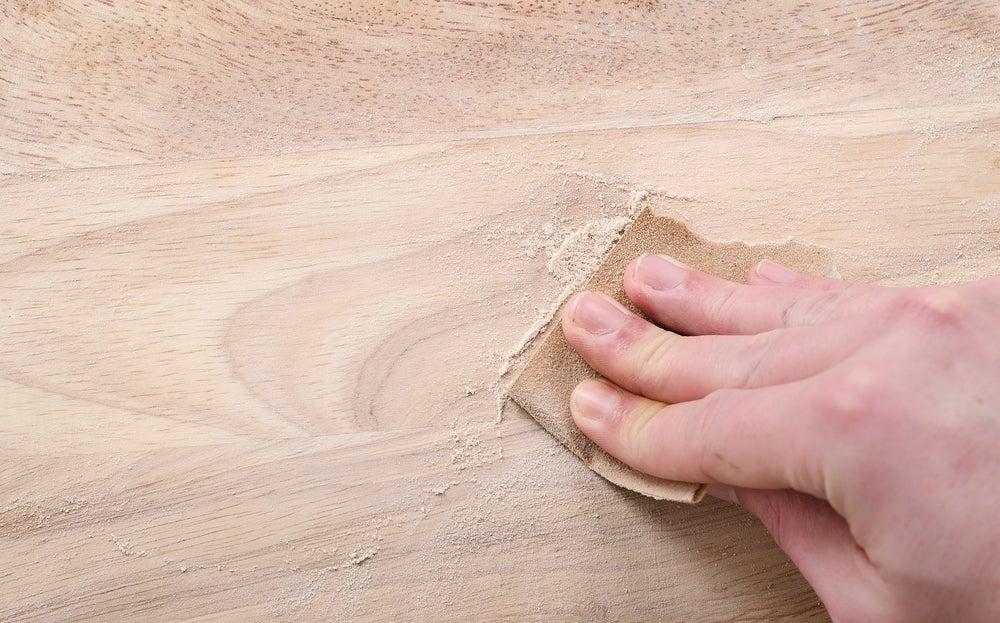 Lijar la madera.