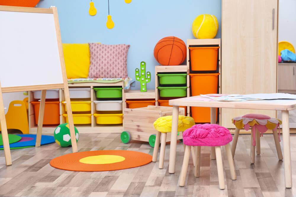Mobiliario infantil de colores.