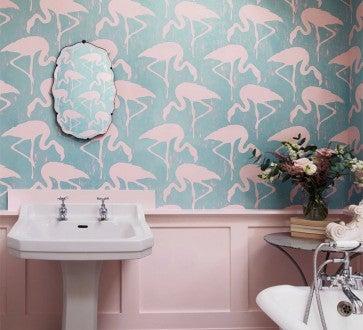 Papel de pared con toques rosas.