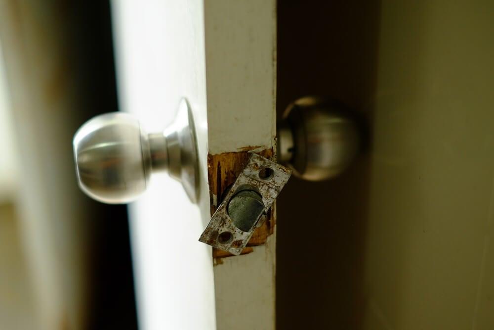 Pomo de la puerta roto.