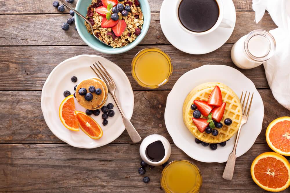Cómo preparar la mesa del desayuno para tus invitados