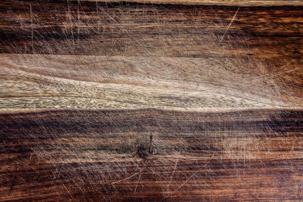 Rayón en el suelo de madera.