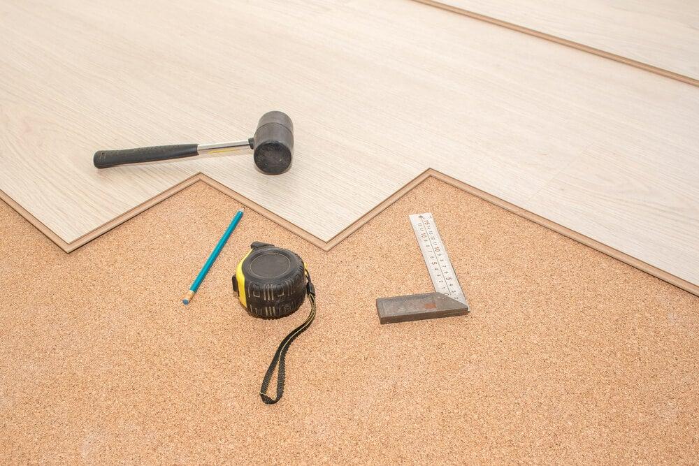 ¿Qué es más conveniente: un suelo de madera o uno de moqueta?