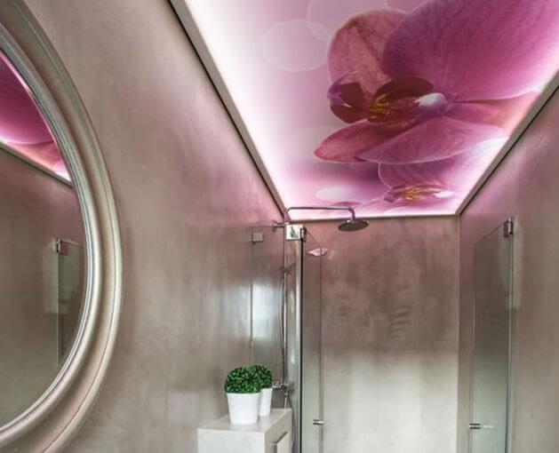 Techo tensado en rosa para el baño.