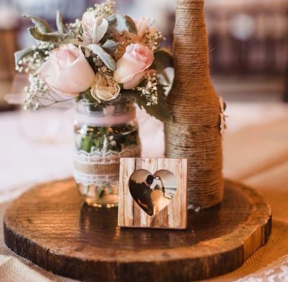 Tronco de madera como centro de mesa.