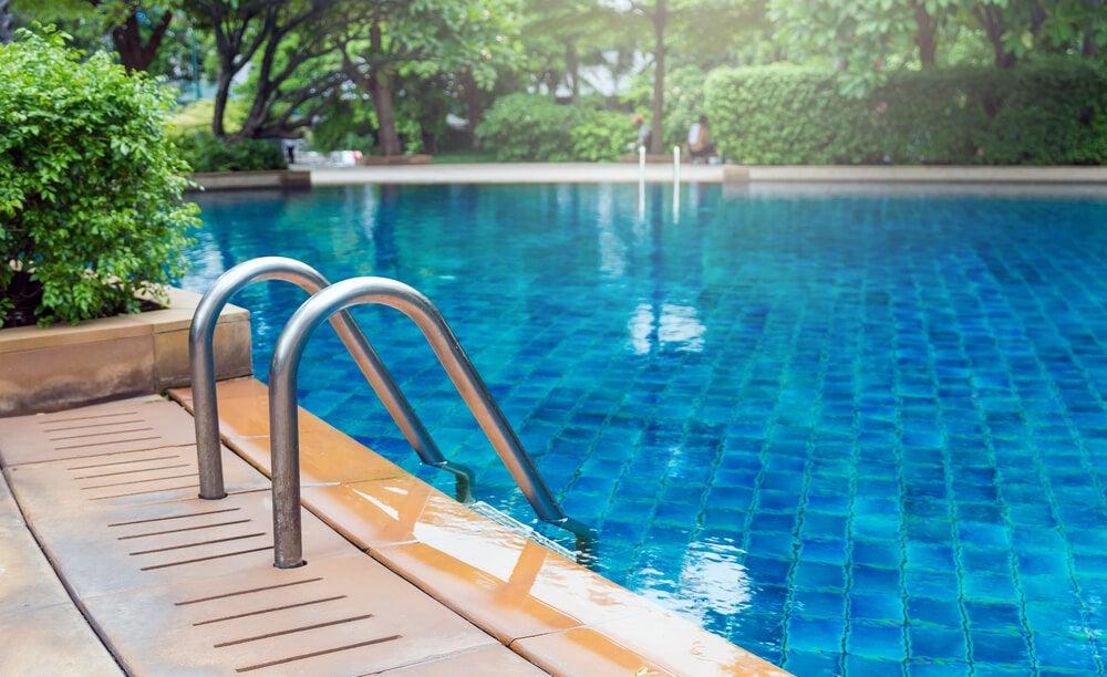 Cómo acondicionar una piscina sobre el suelo