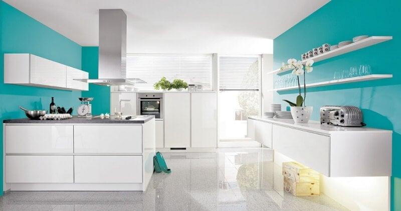 Amplia cocina de color turquesa.