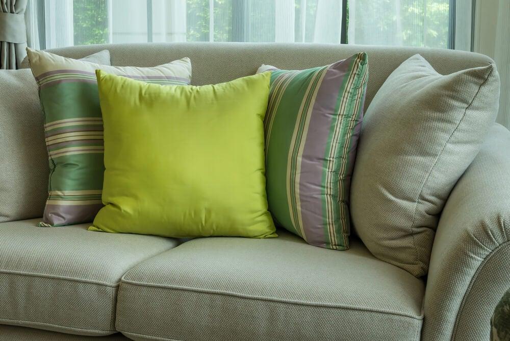 Cojines para un sofá pequeño.