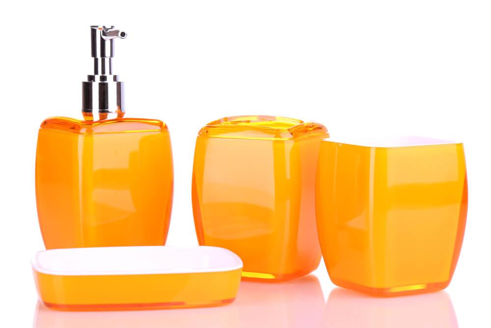 Complementos de baño en naranja.
