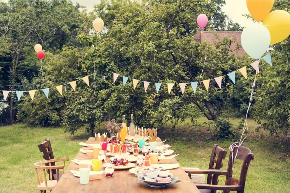 Decoración del cumpleaños en el jardín.