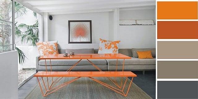 Decoración en gris y en naranja.