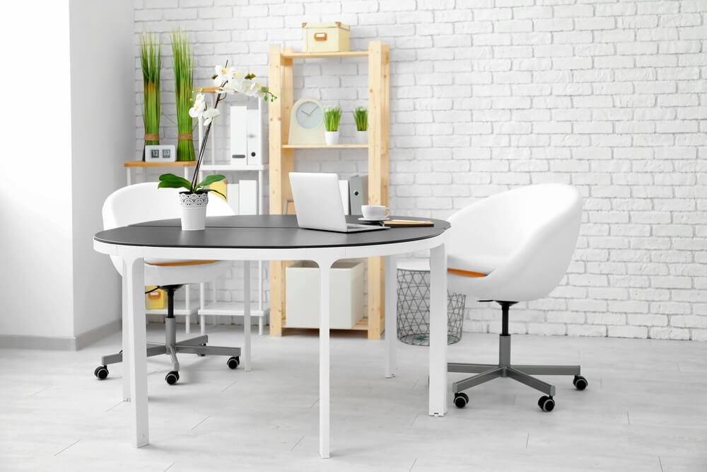Despacho con muebles ligeros.