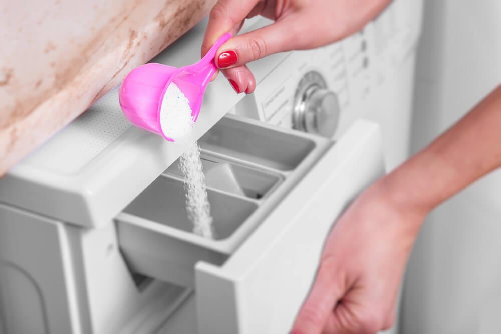 Echar detergente.