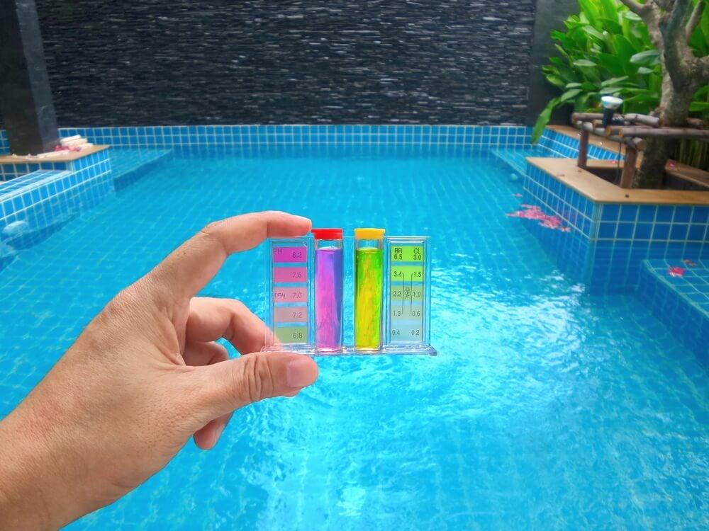 Verificar el estado del agua de la piscina