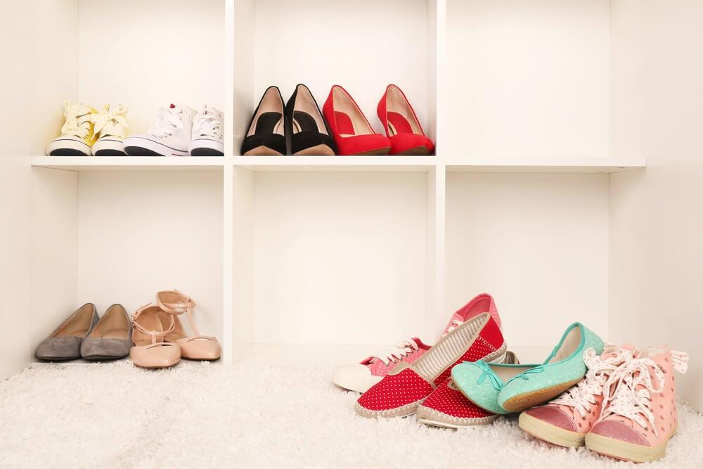 Estantería con zapatos.
