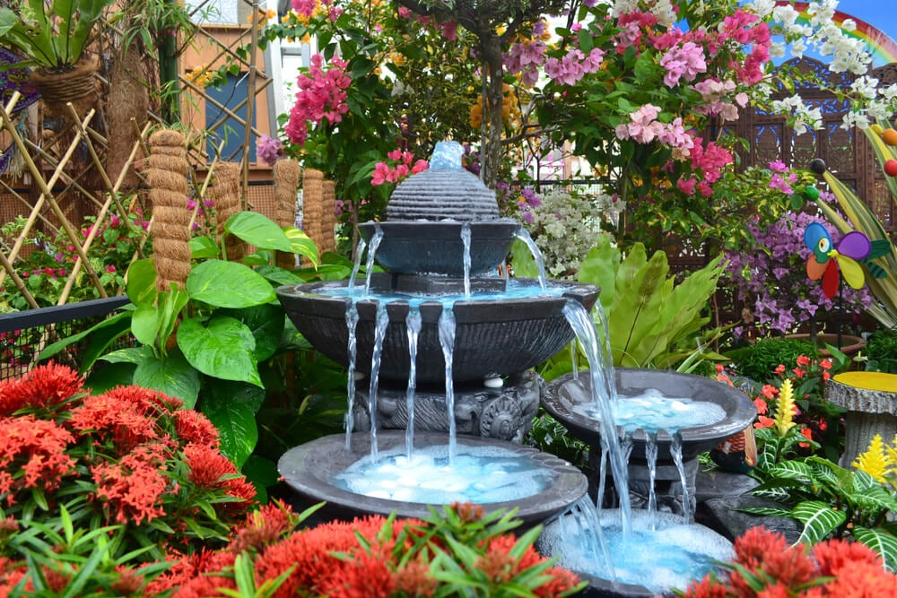 Fuente en jardín.