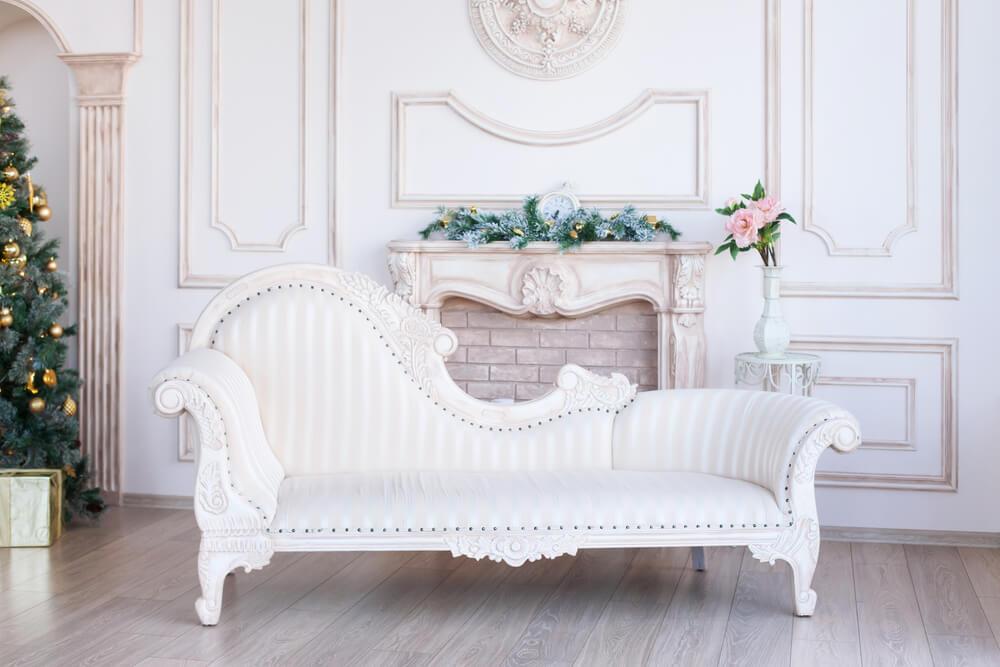 Mobiliario clásico blanco.