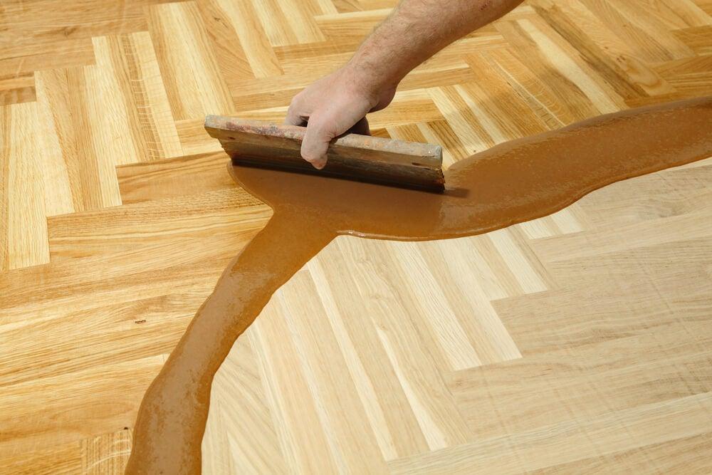 Reparar el suelo de madera.