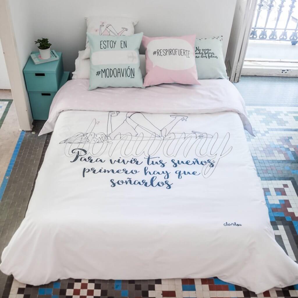 Ropa de cama con frases.