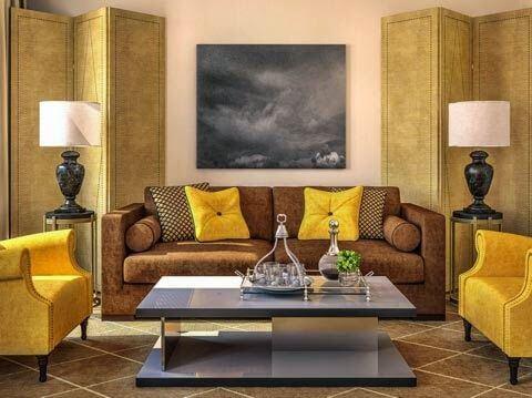 Salón en amarillo y marrón.