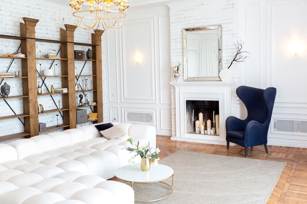 Salón clásico en blanco.