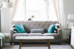 Salones con un toque turquesa en los accesorios y sofá gris