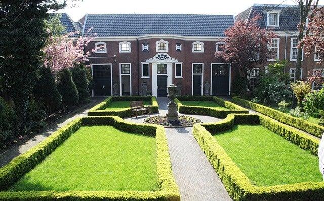 Jardín con setos recortados