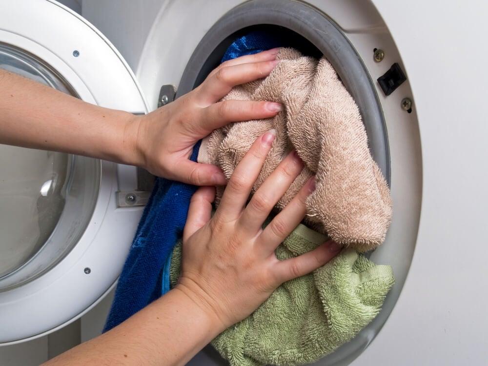 Sobrecargar la lavadora.
