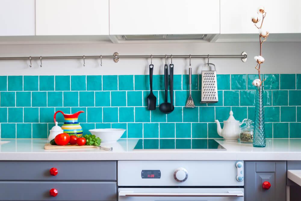 Cocina en gris y azul.