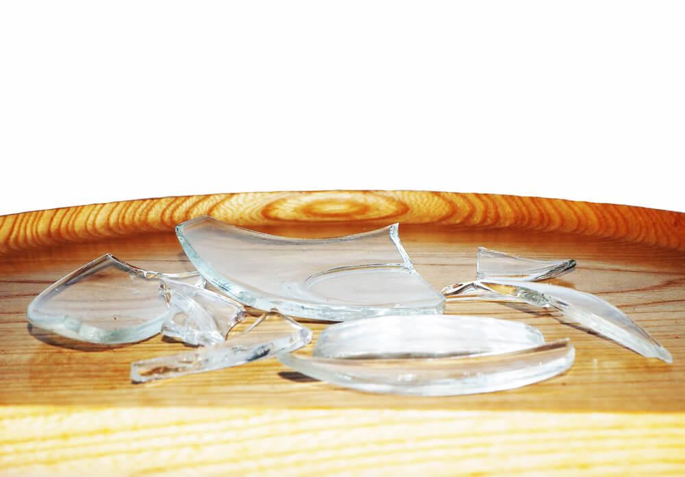 Cristal roto de una mesa de madera.