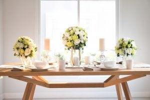 Decoración primaveral para una mesa.