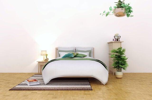 Dormitorio con plantas de suelo y colgadas